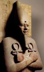 تمثال تحتمس الثالث ، 1 479 - 1 447 BC ، الأقصر ، 18. سلالة ، الضغط على الكاحلين لصدره